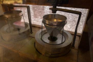 大蔵餅店内で抹茶を挽く石うす